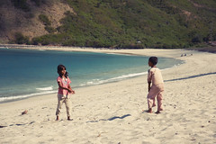 Mawun Beach #1 (lukas kozmus) Tags: sea playing beach kids strand children indonesia photography photo asia asien meer waves foto fotografie play picture pic kinder lukas alpha bild 700 lombok indonesien spielen wellen 2011 a700 mawun kozmus lukaskozmus