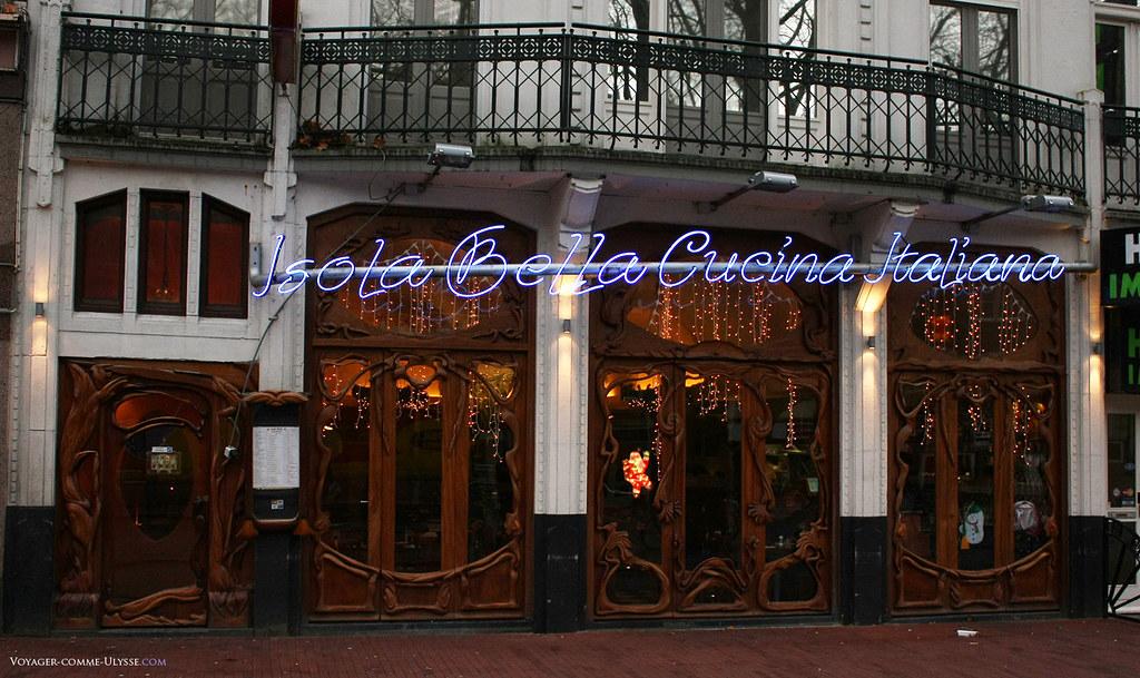 Ce restaurant italien, le Isola Bella, possède une splendide façade de style Art Nouveau