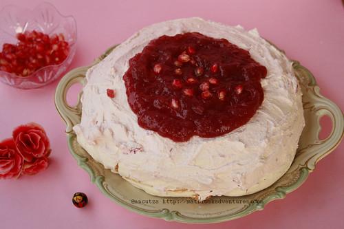 foto immagine Pavlova con salsa al melograno