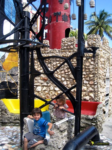 Climbing on Art of Callejon de Hamel, Habana Cuba