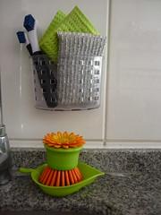 Para lavar los platos (Cata Perl) Tags: lavaplatos cocina dishes esponja cepillo