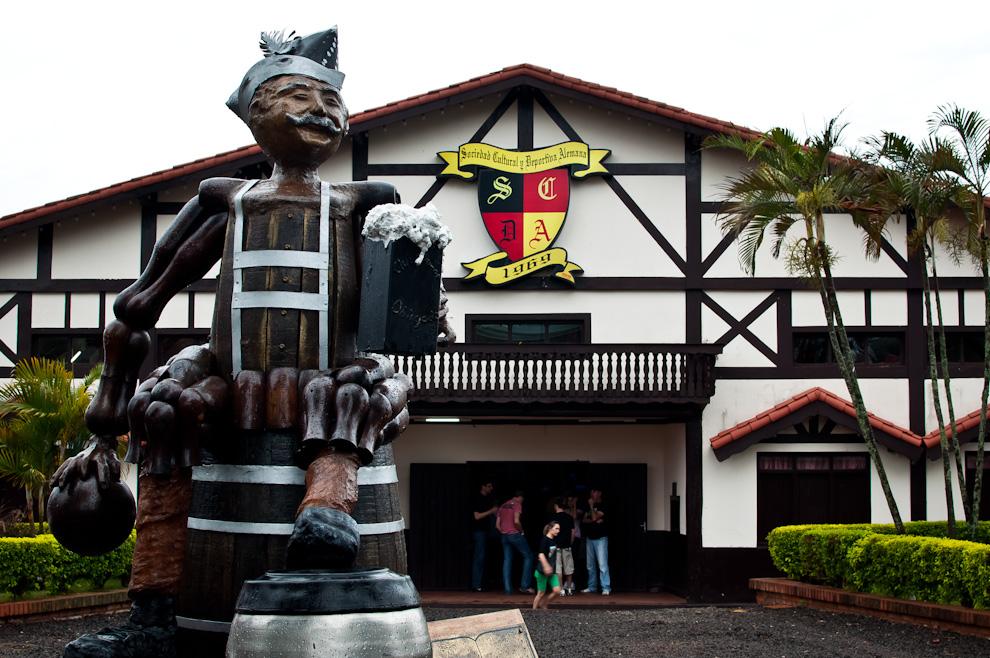 Un muñeco de madera y metal puesto como monumento frente a la sede social del Club Alemán forma parte de la pintoresca vista del club, muchos asistentes se sacaban fotos al lado del muñeco para sus respectivos recuerdos de la visita. (Elton Núñez)