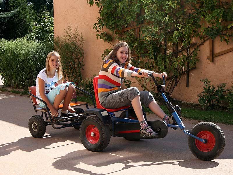 Ferienhof Laux - Mädchen auf dem Kettcar