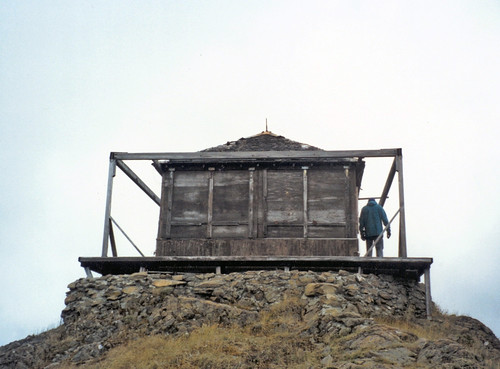 The lookout was in shambles before the restoration.  Photo by Bob Pacific, US Forest Service.