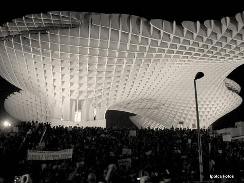 Panorámica de la manifestación a su llegada a la Plaza de la Encarnación, Sevilla