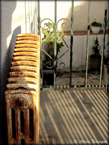 Vieux radiateur rouill en fonte sur le balcon a photo on flickriver - Vieux radiateur en fonte ...