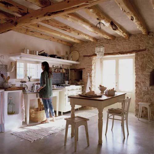 una combinacin perfecta paredes de piedra y vigas de madera vista en la cocina y el dormitorio con un blanco total y absoluto en el resto de la casa