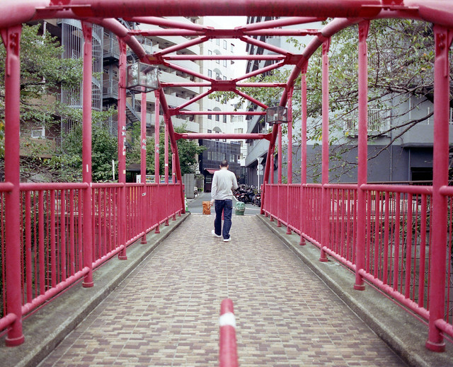 真っ赤な人道橋