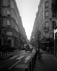 Nettar Streetshot (philoufr) Tags: blackandwhite paris noiretblanc ilforddelta100 epsonperfectionv500photo ruedufaubourgpoissonnière zeissikonnettars5152