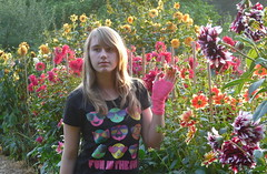 Fun in the sun with dahlia's (e) Tags: dahlia flowers light girl sarah evening model daughter mechelen dochter funinthesun vrijbroekpark