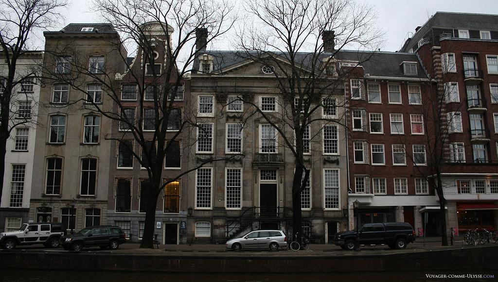 Les immeubles ici ne sont pas construits avec la brique classique d'Amsterdam