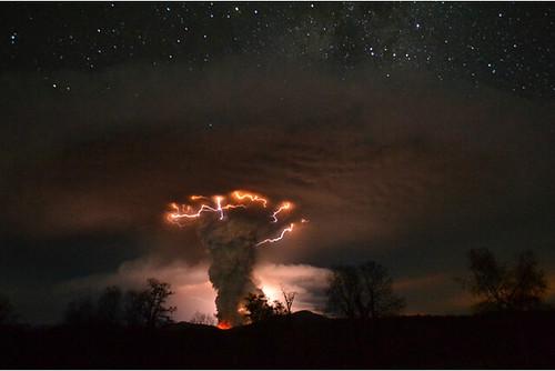 Erupción nocturna del Puyehue por Ricardo Mohr R
