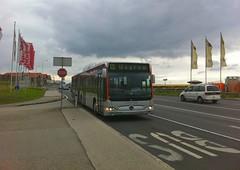 Bus 323 (austrianpsycho) Tags: bus linz flags stop flaggen 323 fahnen pasching einkaufszentrum linzlinien gelenkbus citaro busspur strase linzaglinien linienbus b139 erdgasbus unoshopping
