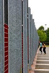 Attraverso il muro (Kalos eidos) Tags: people muro metal wall walking infinity personas persone caminar infinito camminare metallo tapio