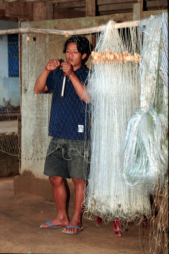 Mending a fishing net, Vietnam, photo by Dominyk Lever, 2004