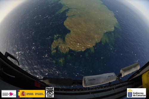 Vista aérea de la mancha de emisiones volcánicas en la costa de El Hierro