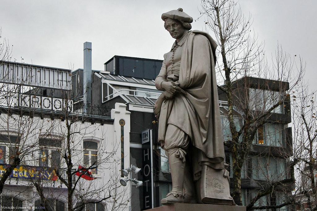 La statue de Rembrandt, au centre de la place portant le nom du célèbre peintre