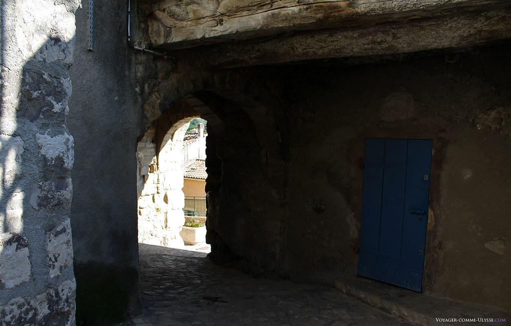 Cette porte Bassac est l'un des passages de l'ancienne muraille, très épaisse. On aperçoit une énorme poutre de bois en haut.