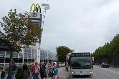 Plus City (austrianpsycho) Tags: people bus station linz leute 15 menschen schild haltestelle 323 pasching einkaufszentrum linzlinien gelenkbus citaro strase linzaglinien linienbus pluscity b139 erdgasbus