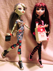 A day at the maul! (bunny_tsukino) Tags: schoolsout deadtired frankiestein gloombeach monsterhigh draculaura homeick dayatthemaul
