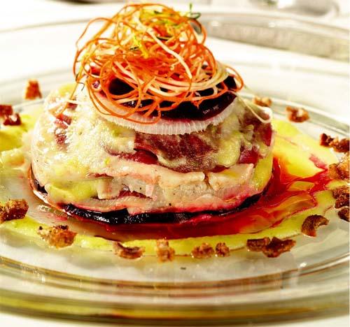 Millefoglie di petto d'oca marinato, rape bianche e rosse, ciccioli croccanti e salsa alla mostarda di Cremona