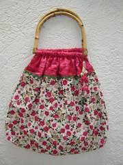 Bolsa com alça de bambu e estampa de flores (TUKKA*  -  Fuxicos, Retalhos e Penduricalhos) Tags: fuxico verão bolsa bolsas bambu tecido algodão alça penduricalho fuxicos