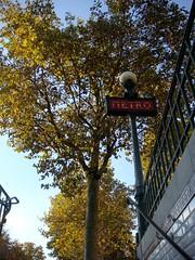 couleurs d'automne  la sortie du mtro... (Selene74) Tags: paris automne mtroparisien