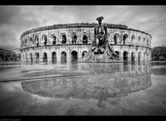 Les Arenes de Nimes (Le***Refs *PHOTOGRAPHIE*) Tags: bw white black reflection monument statue nikon pluie wideangle nb reflet sculture nimes romain hdr gard 10mm d90 arennes lerefs nimeno2