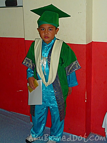 Abang Koning berpakaian graduasi