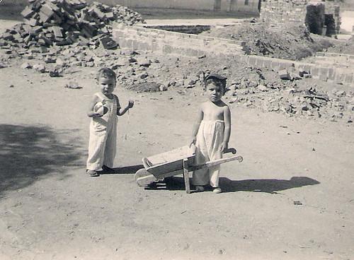 Javier Aranda jugando con su amigo Toteles.