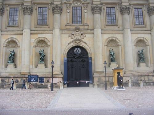 Una de las fachadas de la casa real