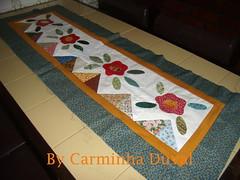 Trilho de mesa - S falta quiltar -  A Table runner  needing quilt - Apliqu work (baronesinha100@gmail.com) (baronesinha_baronesinha) Tags: flowers flores quilt patchwork trilho tablerunner aplicao apliqu