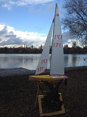 Boat Race Waiting for Wind (Rafael Lorenzo) Tags: lake boat sail rickmansworth remotecontrolled aquadrome