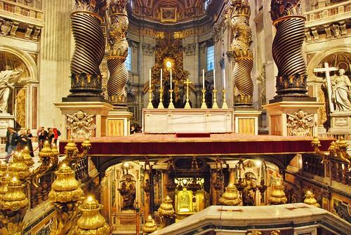 La Tumba de San Pedro esta bajo el altar central