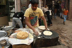 Food of Delhi (Yajuvendra Upadhyaya) Tags: morning food delhi roadside roti olddelhi chappati november2011 fathepuri