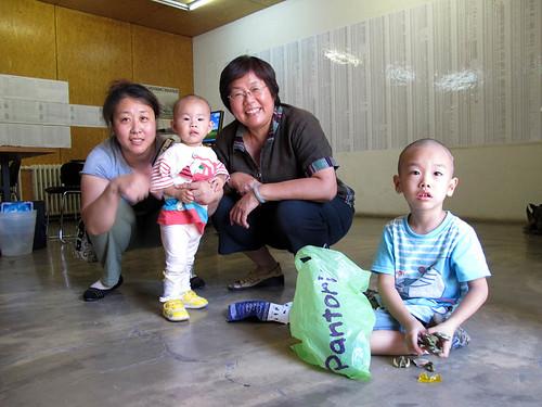 04 2010 9 11 王荔蕻和赵连海的妻子孩子们在一起