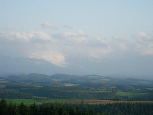 十勝岳の裾野は白く~就実の丘