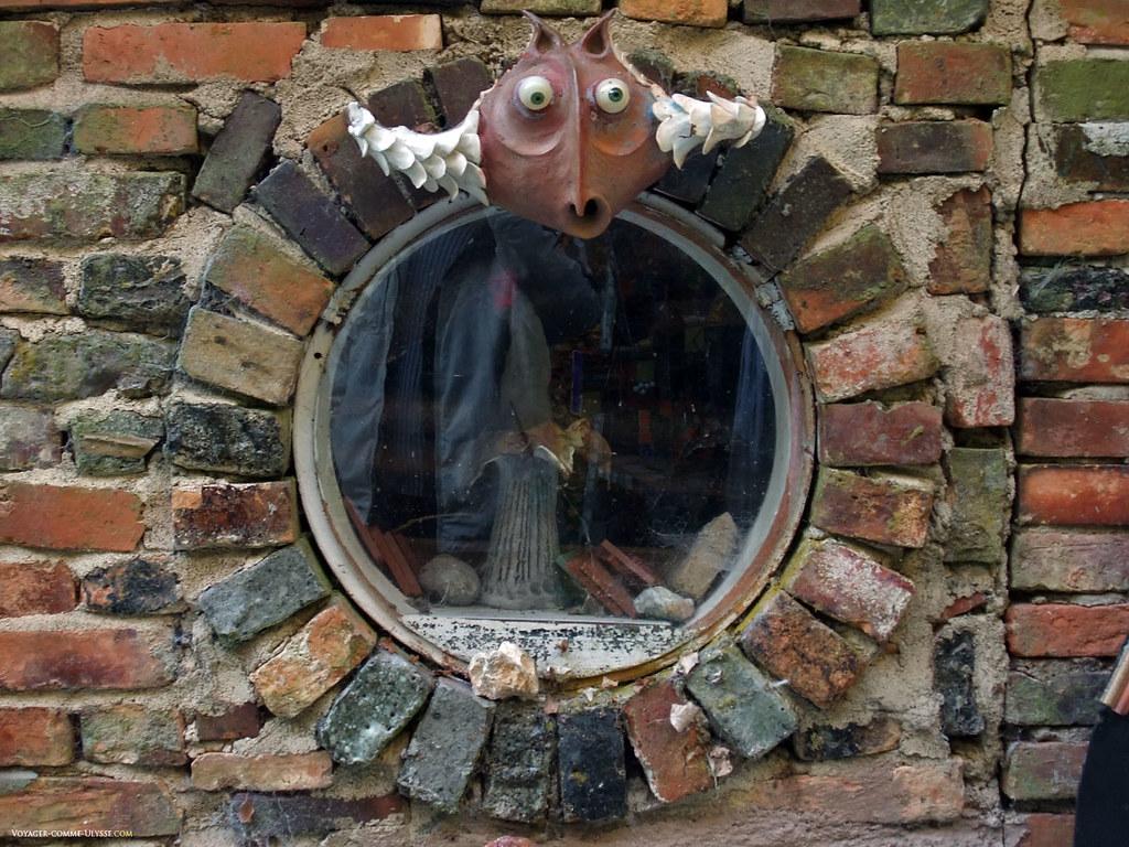 Fenêtre en forme de hublot… attention, on vous surveille!