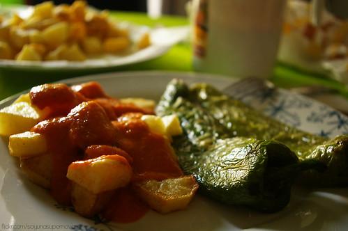 Patatas a la brava y pimientos fritos (VEGAN) by SoyunaSupernova