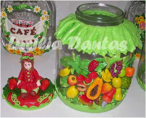 Pote moranguinho com frutas