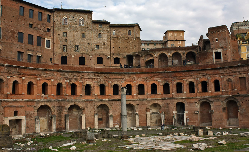Les Marchés de Trajan, avec leur forme semi circulaire, ont été surplombé au Moyen-âge d'habitations. Les romains appréciaient la solidité des vieux bâtiments vénérables de la Rome Impériale.