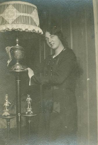 Carmen en un rincon de su casa