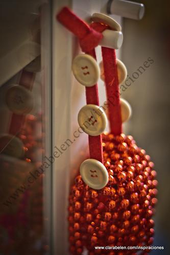 Manualidades: adorno de Navidad con fieltro, botones y perlas navideñas