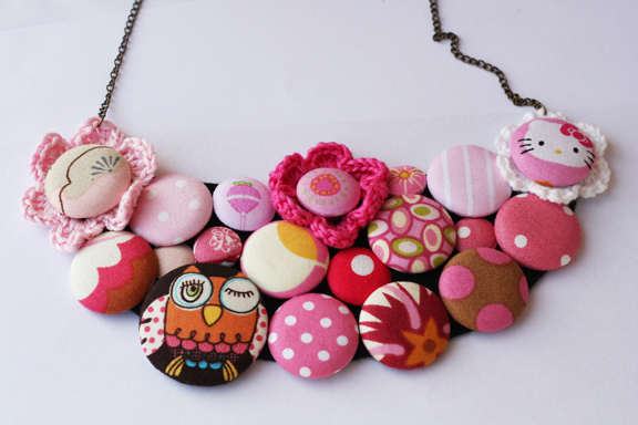 button flower necklace