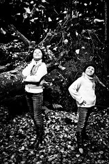 Sisters in the autumn forest-7.jpg (Rob Orthen) Tags: autumn fall colors mets syksy portrets siskokset syksynvrit roborthenphotography lapsikuvaus muotokuvaus miljkuvaus sisarkuvaus portretphotoshoot