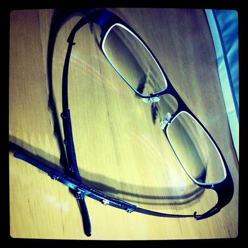 普通のメガネみたいだろ。コレ、折り畳めないんだぜ…。