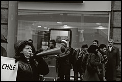 SINDICATOS EN MARCHA (ORANGUTANO / Aldo Fontana) Tags: chile city santiago people bw blancoynegro blackwhite workers nikon flickr downtown gente cut centro ciudad bn protesta d200 trabajadores thephotoessay orangutano aldofontana