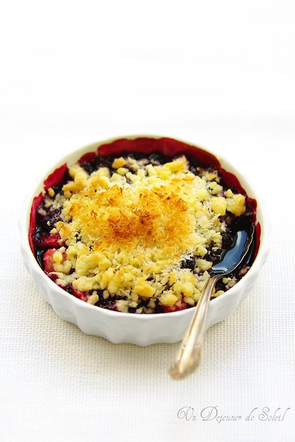 Crumble aux myrtilles, pomme et coco - Blueberry, apple and coconut crumble