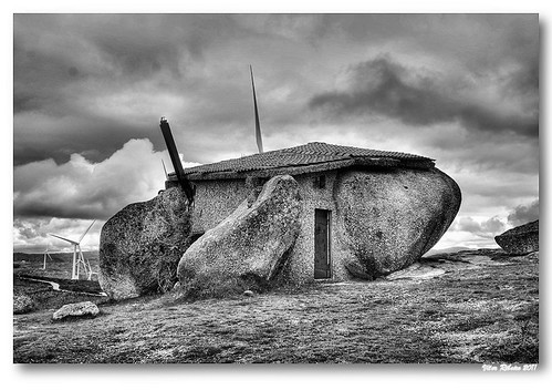 Rock house (b/w) by VRfoto