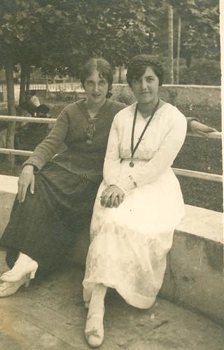 Carmen Bellido con una amiga en el parque